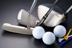 Clubes de golfe, motorista, ferro, embocador, bolas e T. Imagens de Stock Royalty Free