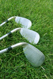 Clubes de golfe na grama Fotografia de Stock