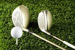 Clubes de golfe novos com a esfera no T 1 Fotos de Stock
