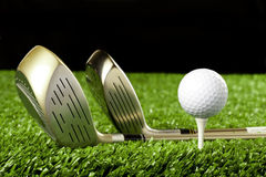 Clubes de golfe novos com a esfera no T 2 Fotografia de Stock Royalty Free