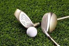Clubes de golfe novos com a esfera no T 3 Imagens de Stock