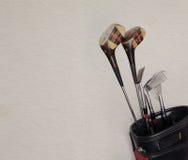 Clubes de golfe retros em um saco de couro velho, espaço da cópia Imagens de Stock Royalty Free
