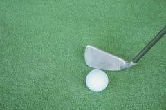 Clubes e bolas de golfe de golfe na grama artificial verde no golfe Foto de Stock Royalty Free