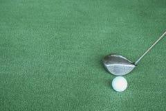 Clubes e bolas de golfe de golfe na grama artificial verde no golfe Fotos de Stock
