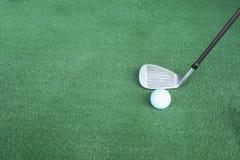 Clubes e bolas de golfe de golfe na grama artificial verde no golfe Fotografia de Stock Royalty Free