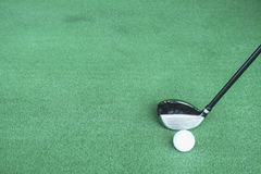Clubes e bolas de golfe de golfe na grama artificial verde no golfe Fotos de Stock Royalty Free