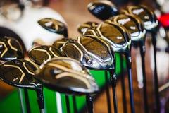 Clubs de golf brillantes de un metal para la venta imagenes de archivo