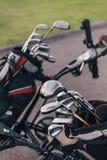 Clubs de golf brillantes en las bolsas de golf al aire libre Fotos de archivo