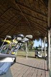 Clubs de golf dans une hutte de tihi Photos libres de droits