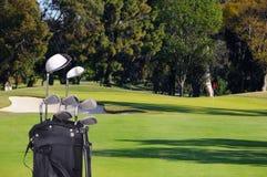 Clubs de golf en bolso en espacio abierto Fotos de archivo libres de regalías