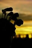 Clubs de golf en el amanecer Foto de archivo libre de regalías