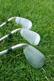 Clubs de golf en hierba Fotografía de archivo