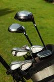 Clubs de golf en un bolso en campo de golf Imagen de archivo libre de regalías