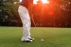 Clubs de golf et boule de golf dans le terrain de golf Images stock