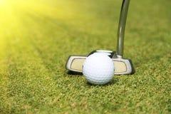Clubs de golf et boule de golf dans le terrain de golf Image stock