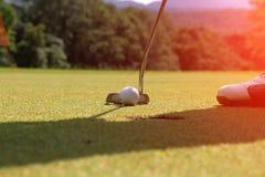 Clubs de golf et boule de golf dans le terrain de golf Photographie stock