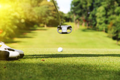 Clubs de golf et boule de golf dans le terrain de golf Photographie stock libre de droits