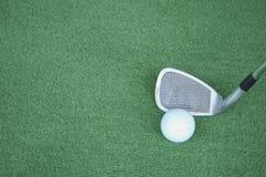 Clubs de golf et boules de golf sur l'herbe artificielle verte au golf Photographie stock libre de droits