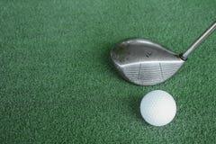 Clubs de golf et boules de golf sur l'herbe artificielle verte au golf Photographie stock