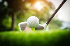 Clubs de golf et boules de golf sur une pelouse verte dans un beau terrain de golf photo libre de droits