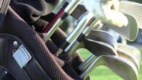 Clubs de golf, la bolsa de golf almacen de metraje de vídeo