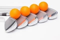 Clubs de golf titaniques sur la table blanche Photo stock