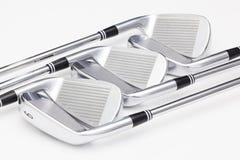 Clubs de golf titaniques sur la table blanche Image libre de droits
