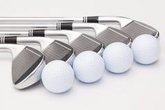 Clubs de golf titaniques sur la table blanche Photos stock