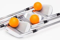 Clubs de golf titaniques sur la table blanche Photos libres de droits