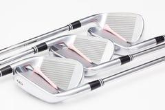 Clubs de golf titaniques sur la table blanche Images libres de droits