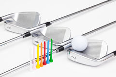 Clubs de golf titaniques sur la table blanche Photo libre de droits