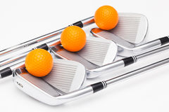 Clubs de golf titaniques sur la table blanche Photos stock