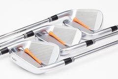 Clubs de golf titaniques sur la table blanche Image stock