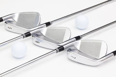 Clubs de golf titaniques sur la table blanche Photo stock