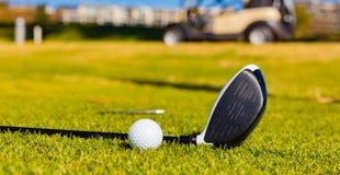 Clubs de golf y bolas en un campo de golf imagenes de archivo