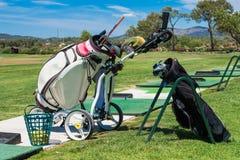 Clubs de golf y equipo en una academia del entrenamiento fotografía de archivo