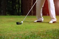 Clubs de golf y pelota de golf en campo de golf Imagen de archivo