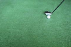 Clubs de golf y pelotas de golf en hierba artificial verde en el golf Foto de archivo libre de regalías