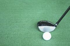Clubs de golf y pelotas de golf en hierba artificial verde en el golf Imagen de archivo