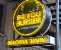 Clubs y restaurantes en el barrio francés de la calle de New Orleans Borbón - NEW ORLEANS, LUISIANA - 18 de abril de 2016 Fotografía de archivo libre de regalías