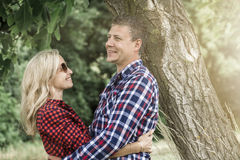 cluddling与他愉快的男朋友的年轻笑的妇女 库存图片