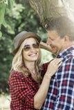 cluddling与他愉快的男朋友的年轻笑的妇女 免版税库存照片