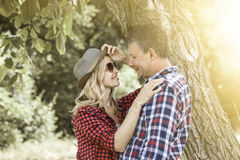 cluddling与他愉快的男朋友的年轻笑的妇女 免版税图库摄影