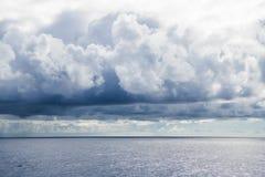 Cluds piovosi sopra l'Oceano Atlantico immagini stock libere da diritti