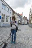 Clueless meisje die een kaart bekijken om te oriënteren stock foto's