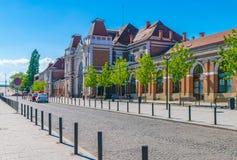 CLUJ-NAPOCA, РУМЫНИЯ - 29-ОЕ АПРЕЛЯ 2018: Железнодорожный вокзал Cluj Napoca на солнечный день с голубым небом в Румынии стоковые изображения