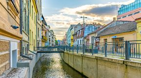CLUJ-NAPOCA, РУМЫНИЯ - 16-ое сентября 2018: Canalul Morii и улица Andrei Saguna пешеходная в cluj-Napoca, Румынии стоковые изображения