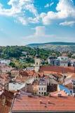 Cluj-Napoca överblick som beskådas från St Michael & x27; s-kyrka i Cluj-Napoca, Rumänien arkivbilder