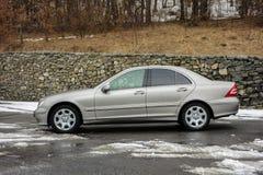 Cluj-Napoca, Ρουμανίας - 01.2018 Μαρτίου: Η απομονωμένη Mercedes-Benz Ε κατηγορία-αλλιώς W203, χρυσό μεταλλικό χρώμα, χρώμιο διακ Στοκ φωτογραφίες με δικαίωμα ελεύθερης χρήσης