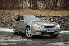 Cluj-Napoca, Ρουμανίας - 01.2018 Μαρτίου: Η απομονωμένη Mercedes-Benz Ε κατηγορία-αλλιώς W203, χρυσό μεταλλικό χρώμα, χρώμιο διακ Στοκ εικόνα με δικαίωμα ελεύθερης χρήσης